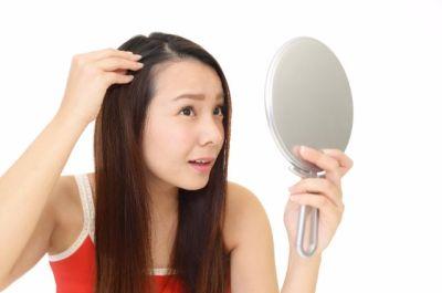 抜け毛を気にする女性