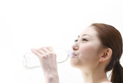 冷水を飲む